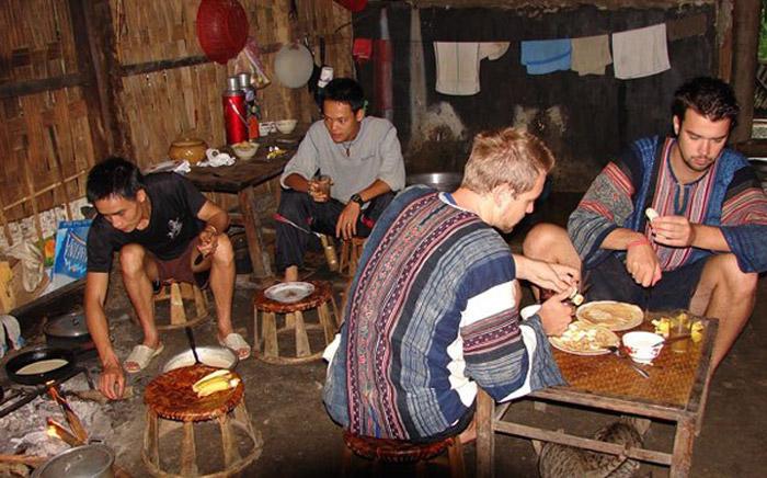 Khách du lịch trải nghiệm cuộc sống tại nhà dân bản địa