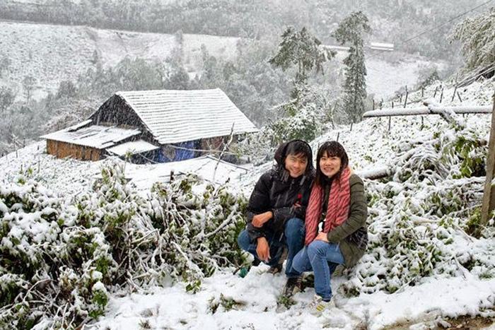 Du khách thích thú với tuyết rơi ở Sapa