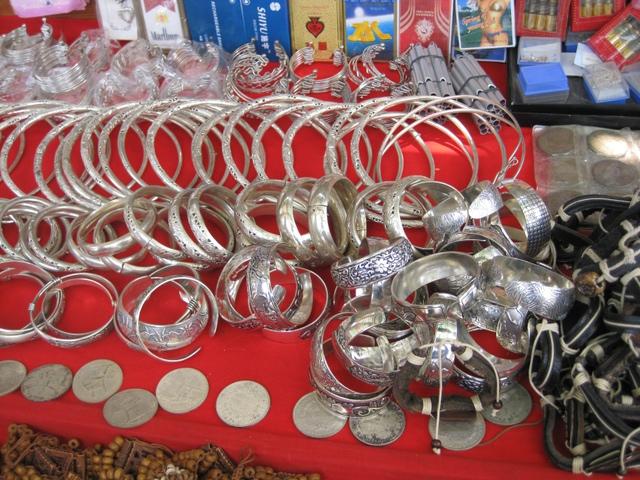 Những đồ trang sức bạc được chế tạo tinh xảo từ đôi tay khéo léo của người Mông