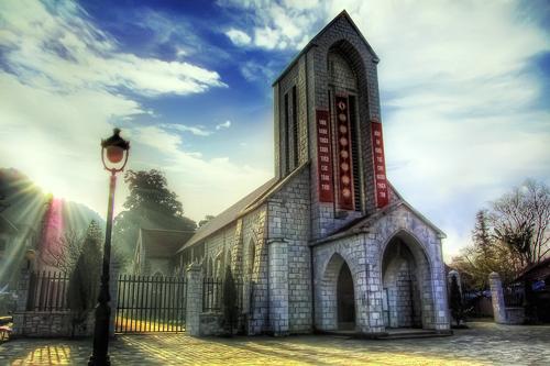 Khám phá kiến trúc độc đáo nhà thờ đá Sapa