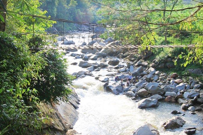 Suối Mường Hoa trải dài qua nhiều làng xã