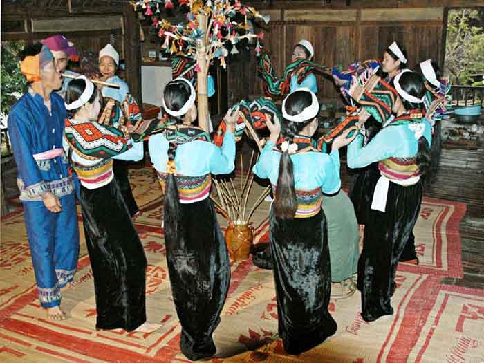 Người dân Thái múa hát Lăm Vông