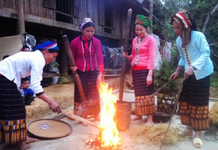 Người dân đốt rơm lấy tro làm bánh