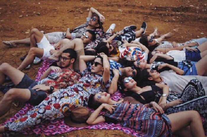 Quần áo tông màu sặc sỡ cho du lịch Sapa mùa hè