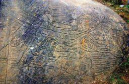 Hình ảnh của các ký tự kì lạ trên phiến đá