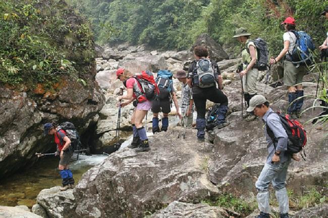 Nhóm người leo núi hỗ trợ cho nhau