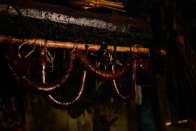 Những khoanh lạp xưởng đỏ hồng được treo đầy bếp