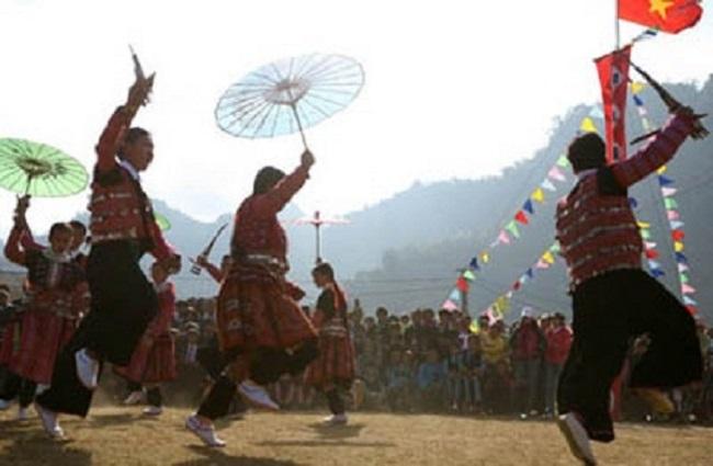 """Khung cảnh người dân nhảy múa trong lễ hội """"Nhặn Sồng"""""""