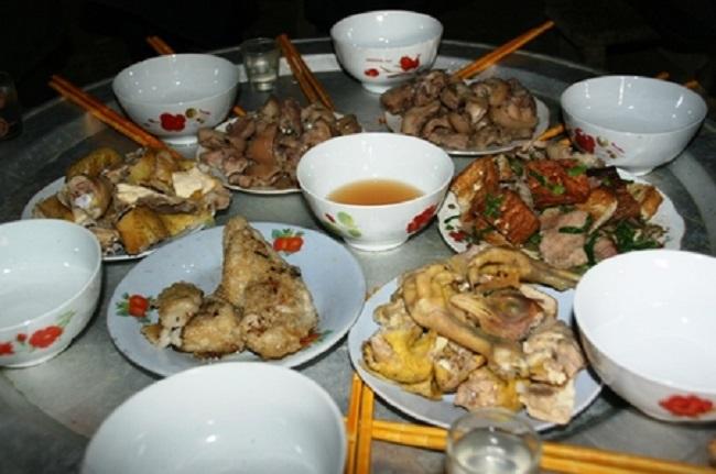 Mâm cơm toàn rượu và thịt của người Mông