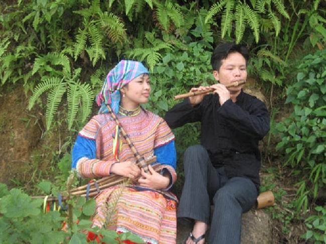 Đôi trai gái trao nhau tiếng khèn, tiếng sáo
