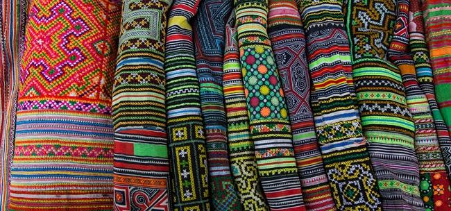 Nhiều hoa văn rực rỡ sắc màu được sử dụng trong những tấm vải thổ cẩm