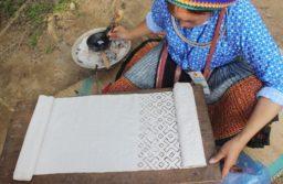 Kỹ thuật vẽ bằng sáp ong cầu kì của người Mông