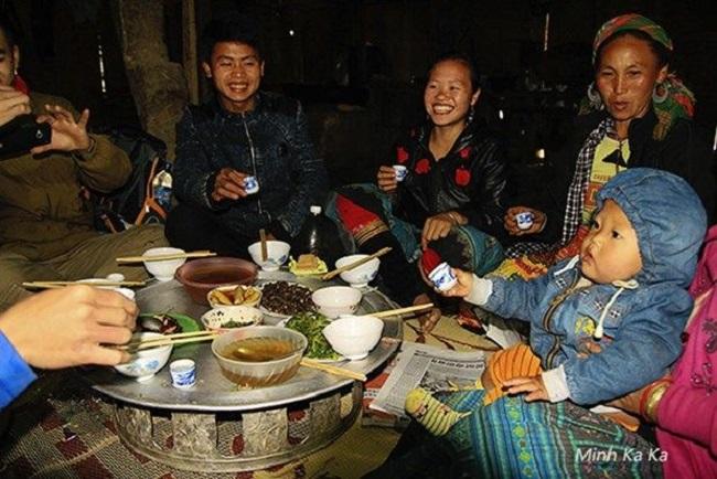Dân phượt Sapa có bữa cơm đầm ấm khi xin ngủ nhờ nhà dân