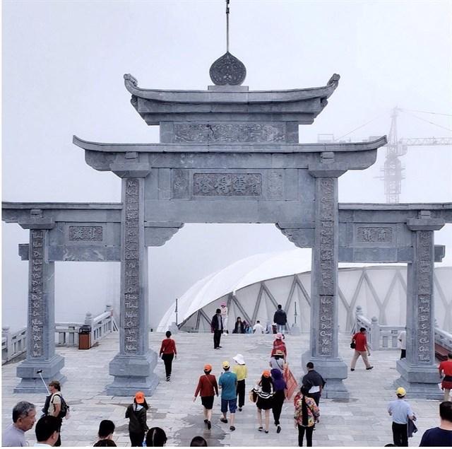 Cổng trời ẩn hiện trong sương mây
